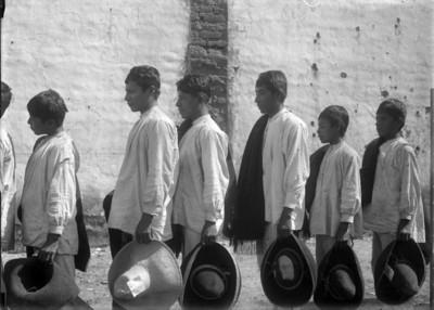 Hombres purépechas de perfil, retrato de grupo