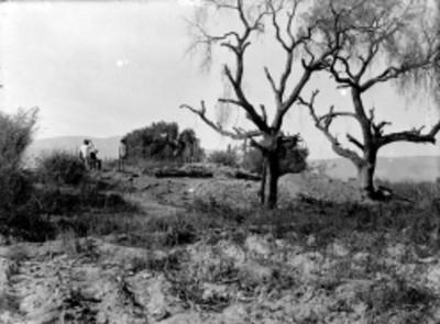 Hombres mestizos e indígena en un valle