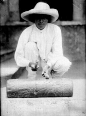 Hombre nahua toca un teponaztle, retrato