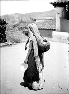 Mujer zapoteca con jícara de calabaza y cantaro