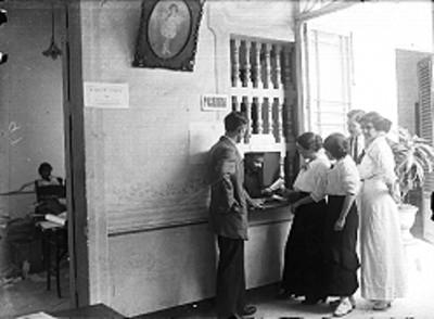 Personas formadas en la pagaduría de una oficina
