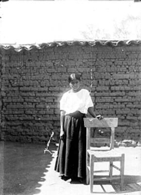 Mujer nahua unto a silla, retrato