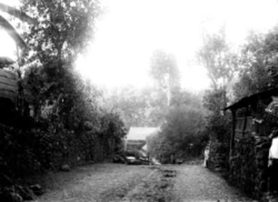 Niña, mujer y hombre en la calle de un poblado