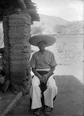 Hombre purépecha sentado, retrato