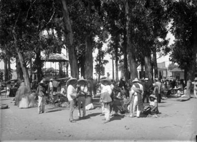 Tianguis en la plaza principal