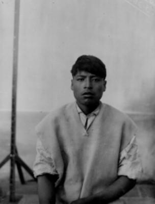 Hombre nahua sentado de frente, retrato