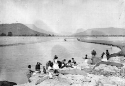 Indígenas zapotecos en un río