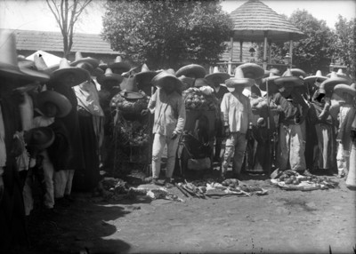 Hombres otomíes en un tianguis en el centro del poblado