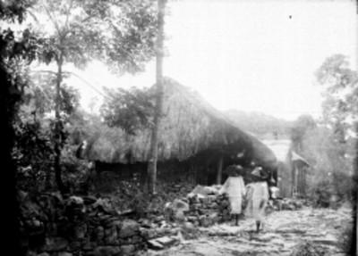 Hombres nahuas de pie en la calle del poblado