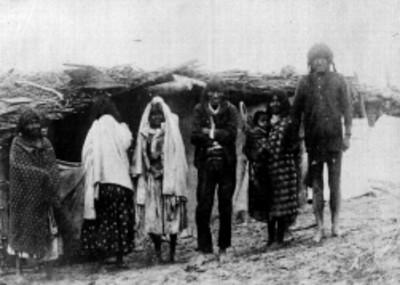 Familia tarahumara, retrato de grupo