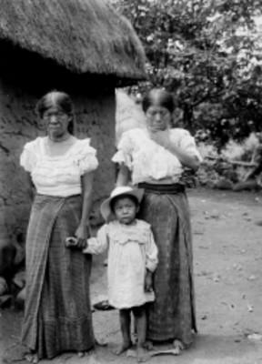 Mujeres y niña chinantecas afuera de su vivienda, retrato de grupo