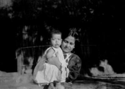 Mujer con niña en brazos, retrato