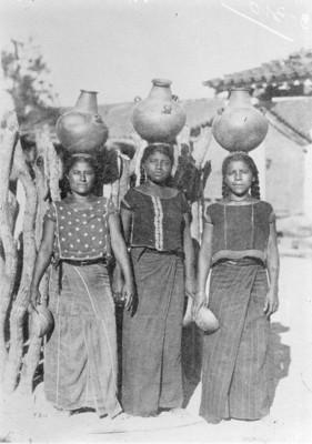 Mujeres zapotecas con ollas en la cabeza, retrato de grupo