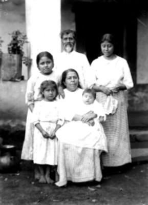 Familia nahua, retrato de grupo