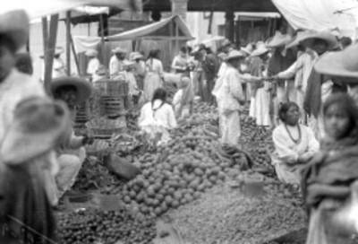 Indígenas compran en un tianguis
