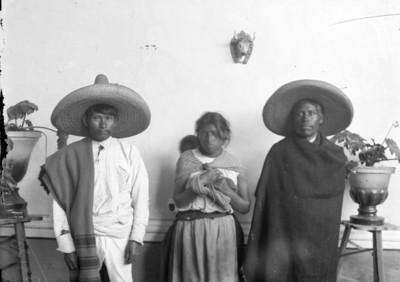 Mujer y hombres purépechas de frente, retrato de grupo