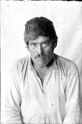 Hombre inahua de frente, retrato