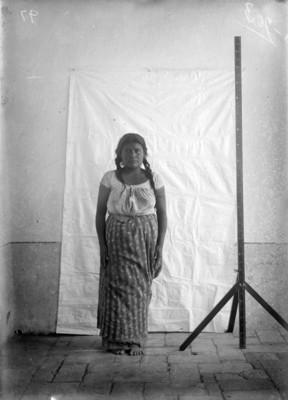 Mujer otomí de frente, retrato