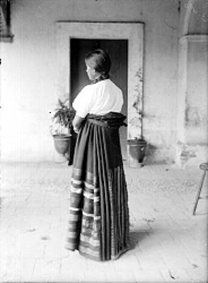 Mujer purepecha de espalda, retrato