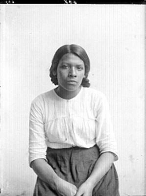 Mujer sentada de frente, retrato