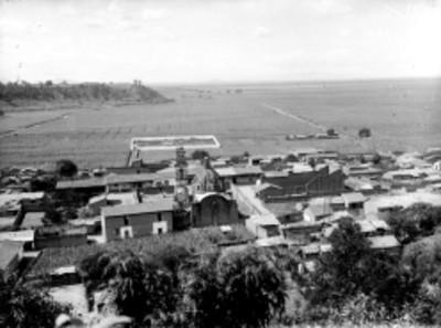 Pueblo y tierras de cultivo, panorámica