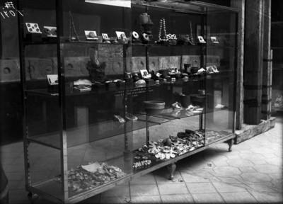 Vitrina en el Museo de Teotihuacán, con objetos de la..?