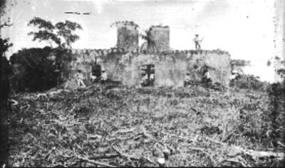 Hombres en el sitio de desmonte frente a un templo