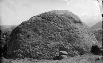 Piedra grabada con motivos prehispánicos in-situ antes de ser limpiada