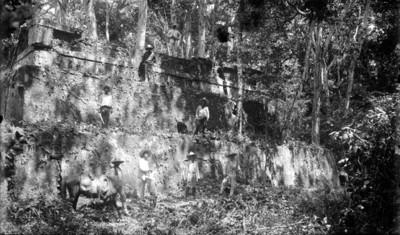 Trabajos de consolidación y restauración en una estructura prehispánica