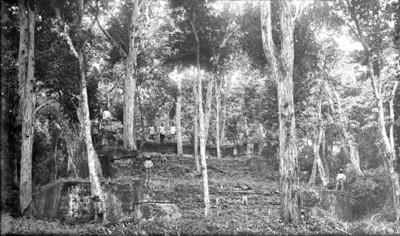 Pirámide y un grupo de indígenas, vista