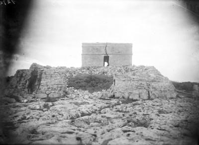 Fachada de pirámide antes de su restauración, Tulum