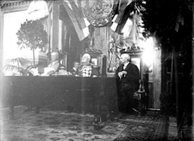 Porfirio Díaz Mori acompañado de dos de sus colaboradores