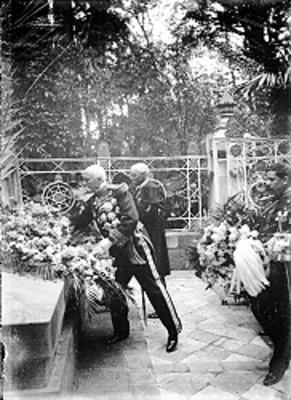 Porfirio Díaz Mori y funcionarios depositan arreglo floral