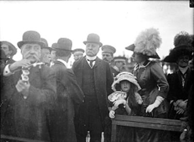 Porfirio Díaz Mori acompañado de su familia durante evento de las Fiestas del Centenario
