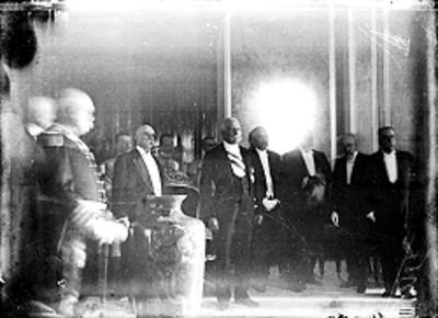 Porfirio Díaz Mori y embajadores durante la recepción de Fiestas del Centenario
