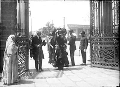 Hombres y mujeres de clase alta entran a una iglesia