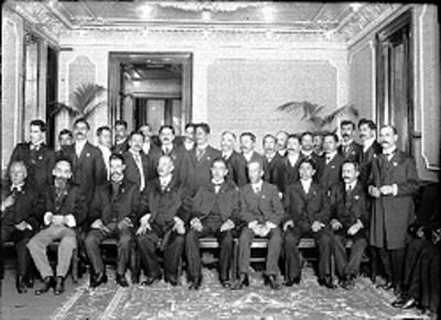 Comisión en el acto del Centenario, retrato de grupo