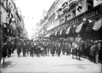 Políticos y militares durante desfile con motivo de las Fiestas del Centenario