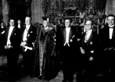 Funcionarios públicos y universitarios durante ceremonia