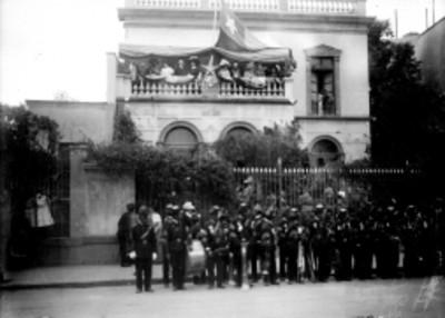 Banda de música de militares en exterior de embajada