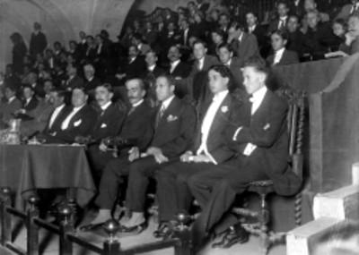 Gente en el anfiteatro durante inauguración de la Escuela Nacional Preparatoria, vista parcial