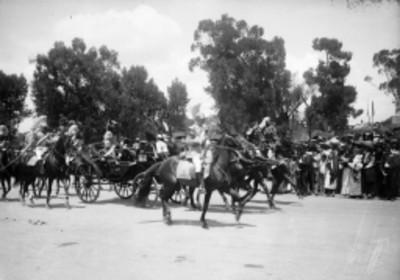 Porfirio Díaz y politicos en carruaje después de inaugurar la Columna de la Independencia