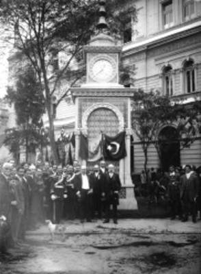 Guillermo de Landa y Escandón y políticos junto al reloj donado por la colonia Otomana de México en Bucareli, retrato de grupo
