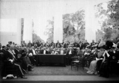 Porfirio Díaz y políticos durante la inauguración del monumento a Benito Juárez