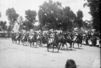 Desfile de militares en carruaje durante la inauguración de la columna de la Independencia