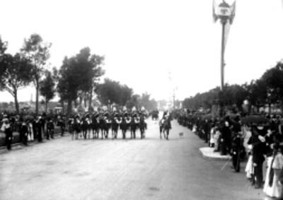 Desfile de militares en la inauguración de la Columna de la Independencia