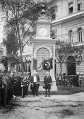 El gobernador del Distrito Federal Guillermo de Landa y Escandón y políticos junto al reloj donado por la colonia Otomana de México en Bucareli