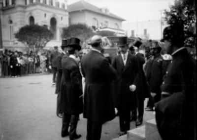 Diplomáticos durante la colocación de la primera piedra de la estatua de George Washington