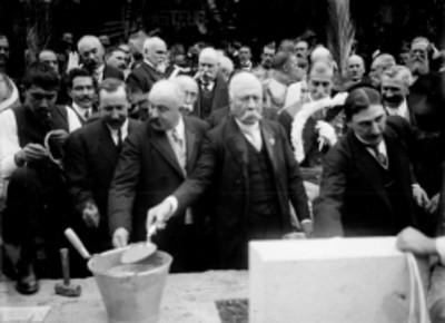 Porfirio Díaz realiza la colocación de la primera piedra a la estatua de Luis Pasteur