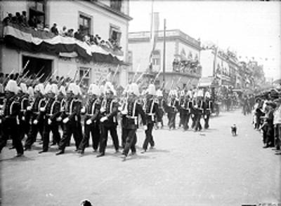 Desfile militar a su paso por una calle